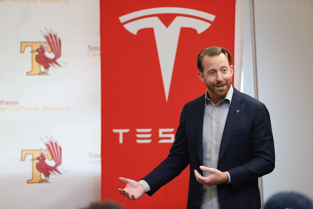 Chris Reilly de los programas de desarrollo laboral y educación de Tesla, habla a los estudiantes durante una ceremonia para que los graduados firmen su intención de trabajar para el Programa de ...
