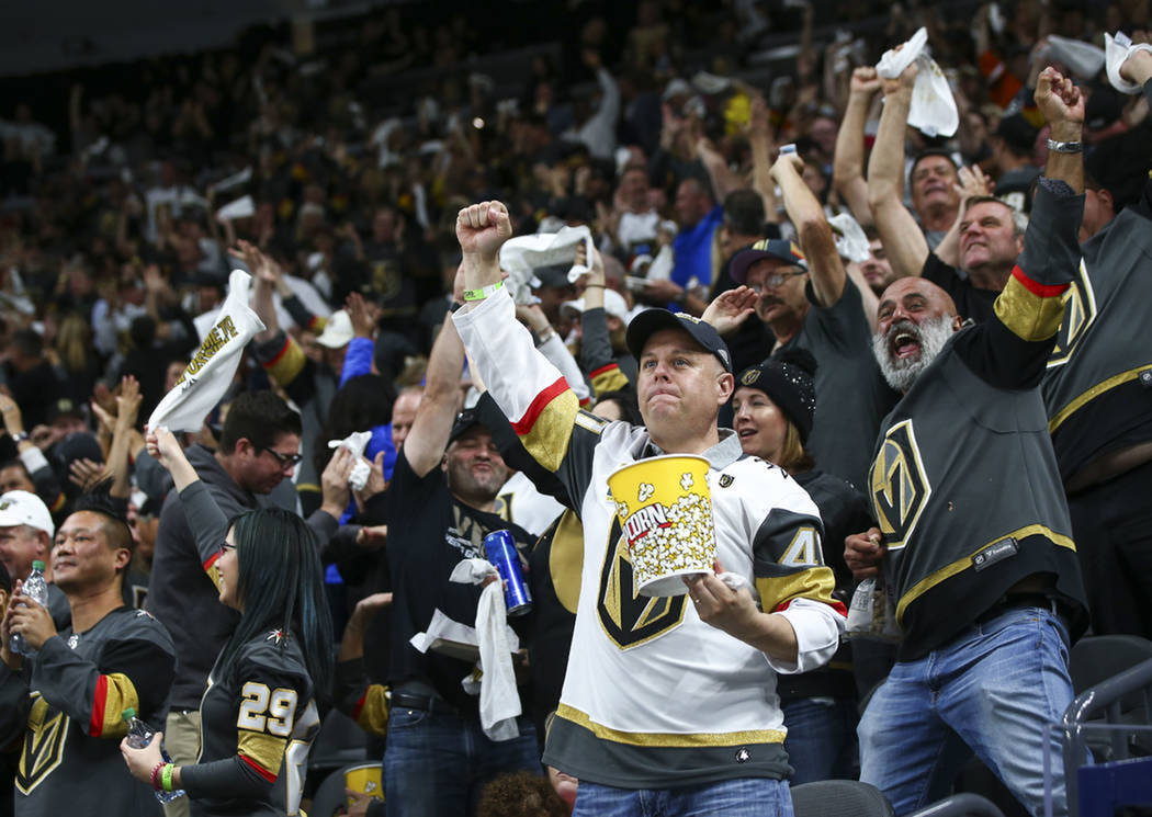Los aficionados de Vegas Golden Knights festejan el primer triunfo de su equipo en la Final de la Stanley Cup. Lunes 28 de mayo de 2018 en T-Mobile Arena. Foto Chase Stevens / Las Vegas Review Jou ...