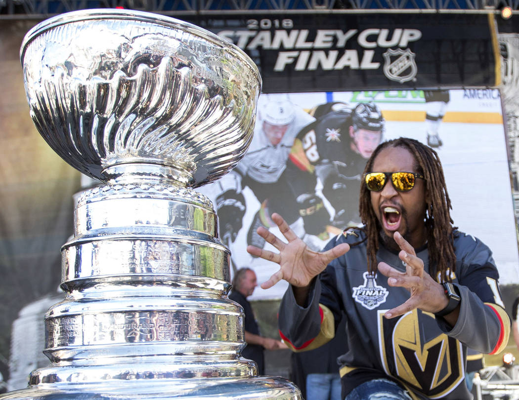El rapero estadounidense Lil Jon posa con la Stanley Cup antes del Juego 1 de la final de la Copa Stanley de hockey de la NHL entre los Vegas Golden Knights y los Capitals de Washington fuera de l ...