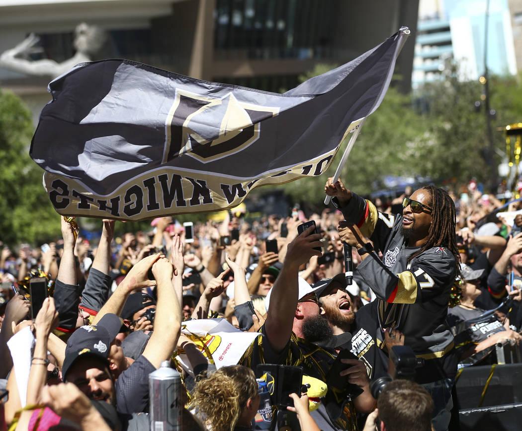 Lil Jon ondea una bandera de los Golden Knights durante un concierto antes del Juego 1 de la final de la Copa Stanley de hockey NHL en la T-Mobile Arena en Las Vegas el lunes 28 de mayo de 2018. C ...