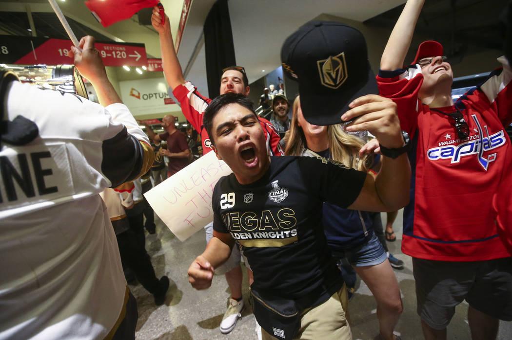 Los fans de los Golden Knights aplauden durante un desfile previo al juego antes del Juego 1 de la final de la Copa Stanley de hockey de la NHL en la T-Mobile Arena en Las Vegas el lunes 28 de may ...