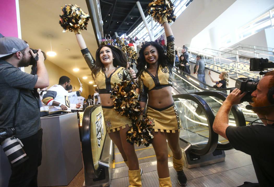 Los Golden Aces entretienen a los fanáticos un desfile previo al juego antes del Juego 1 de la final de la Copa Stanley de hockey de la NHL en la T-Mobile Arena en Las Vegas el lunes 28 de mayo d ...