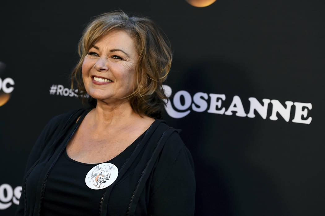 """Roseanne Barr llega al estreno en Los Ángeles de """"Roseanne"""" en Burbank, California, el 23 de marzo de 2018. Barr se disculpó por sugerir que la ex asesora de la Casa Blanca, Valerie Jarrett es p ..."""