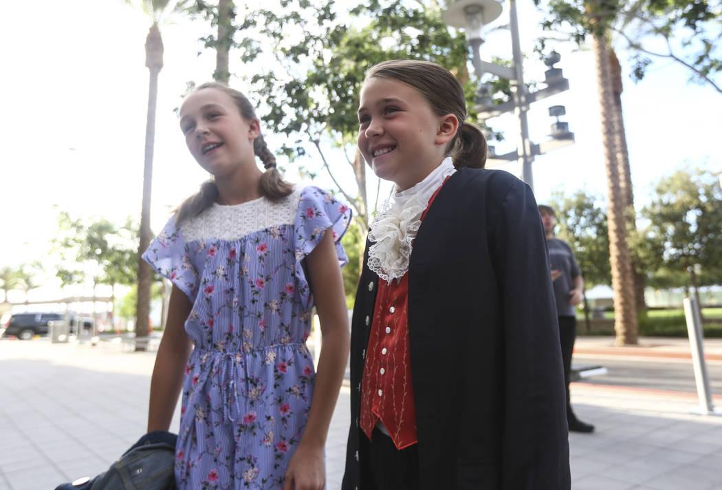"""Eva Houston, de nueve años, de Reno, derecha, y su hermana Lily, de 11, hablan sobre """"Hamilton"""" cuando llegan para la noche de apertura en Reynolds Hall en The Smith Center en Las Vegas el martes ..."""