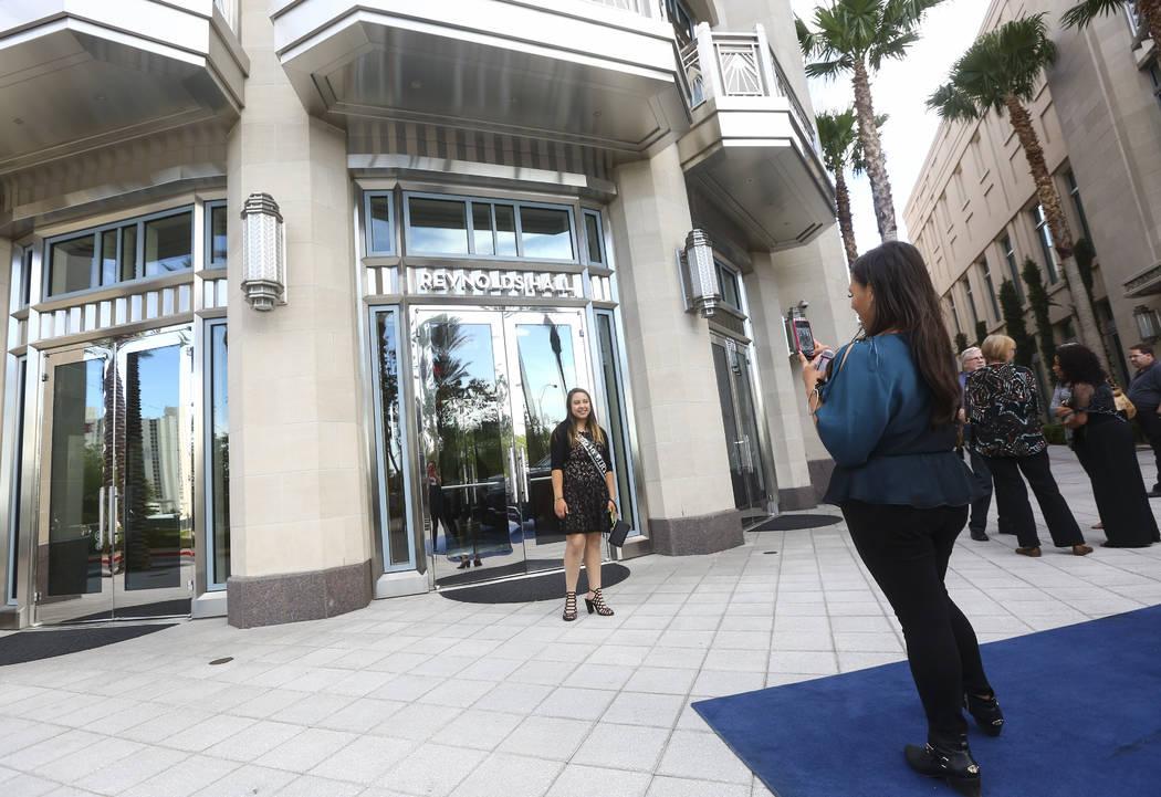 """Dolores Pérez, derecha, toma una foto de su hija Abby, celebrando su cumpleaños número 16, cuando llegan a la noche de estreno de """"Hamilton"""" en Reynolds Hall en The Smith Center en Las Vegas el ..."""