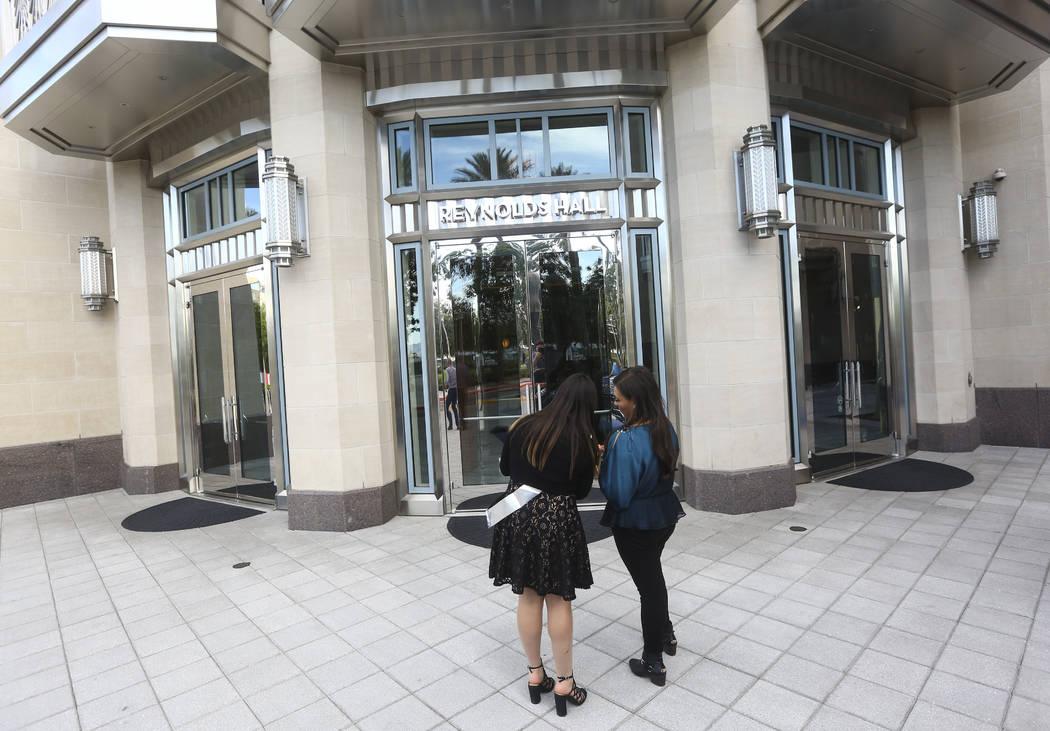 """Dolores Pérez, derecha, y su hija Abby, celebrando su cumpleaños número 16, llegan a la noche de estreno de """"Hamilton"""" en Reynolds Hall en The Smith Center en Las Vegas el martes 29 de mayo de ..."""
