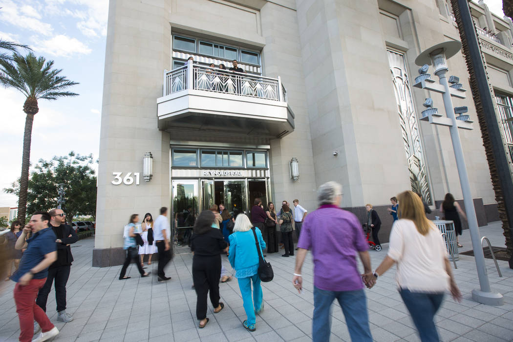 """La gente llega para la noche de apertura de """"Hamilton"""" en el Reynolds Hall en The Smith Center en Las Vegas el martes 29 de mayo de 2018. Chase Stevens Las Vegas Review-Journal @csstevensphoto"""