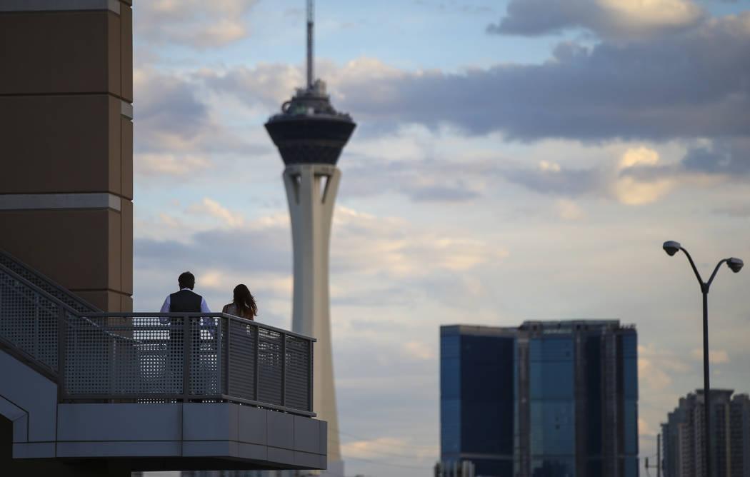 """La gente llega a través de un puente peatonal para la noche de apertura de """"Hamilton"""" en Reynolds Hall en The Smith Center en Las Vegas el martes 29 de mayo de 2018. Chase Stevens Las Vegas Revie ..."""