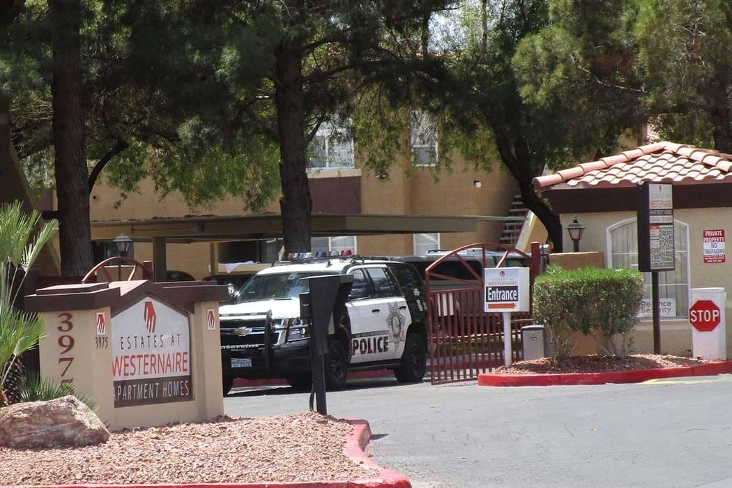 Un vehículo policial sale de Estates at Westernaire Apartment Homes en 3975 N. Nellis Blvd. el miércoles 30 de mayo de 2018, después de que los investigadores respondieron al informe de una ví ...