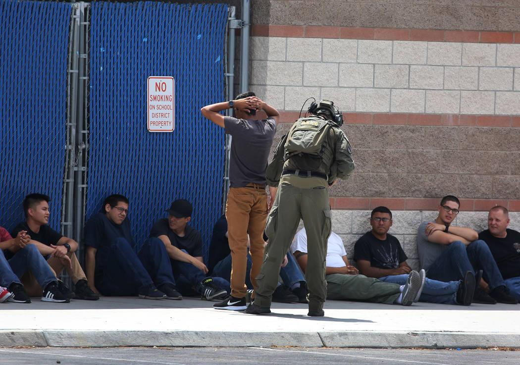 Un miembro del equipo SWAT de Las Vegas busca a un estudiante durante un simulacro de tiroteo masivo, coordinado por el Departamento de Policía Metropolitana y varias agencias en el área, en Sha ...