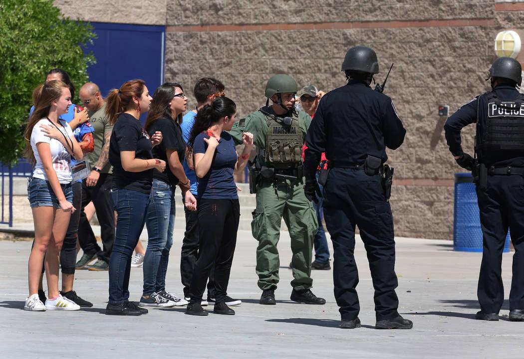 Los agentes de policía de Las Vegas llevan a cabo un simulacro de tiroteo masivo con estudiantes, coordinado por el Departamento de Policía Metropolitana y varias agencias en el área, en Shadow ...
