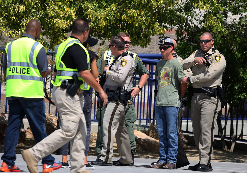Los agentes de policía de Las Vegas rodearon a un sospechoso durante un simulacro de tiroteo masivo, coordinado por el Departamento de Policía Metropolitana y varias agencias en el área, en Sha ...