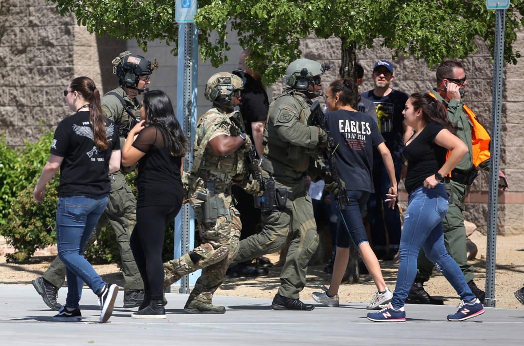 Los miembros del equipo SWAT de Las Vegas apuntan sus armas cuando se acercan a Shadow Ridge High School donde el miércoles 30 de mayo de 2018, en Las Vegas, se realizó un simulacro de tiroteo m ...