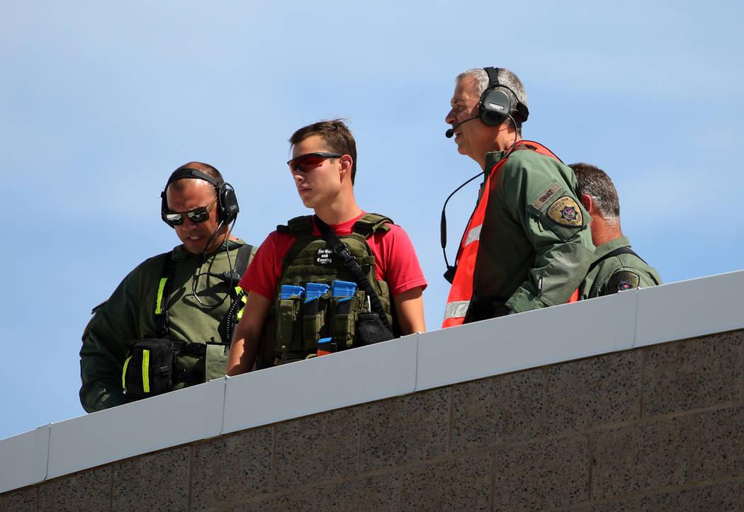 Los oficiales de policía de Las Vegas son vistos durante un simulacro de fusilamiento masivo, coordinado por el Departamento de Policía Metropolitana y varias agencias en el área, en Shadow Rid ...