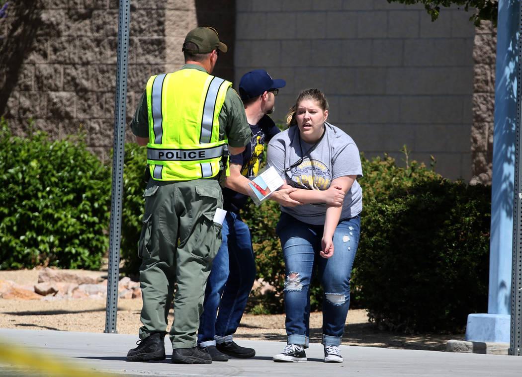 Un oficial de policía de Las Vegas realiza un simulacro de tiroteo masivo con estudiantes, coordinado por el Departamento de Policía Metropolitana y varias agencias en el área, en Shadow Ridge ...