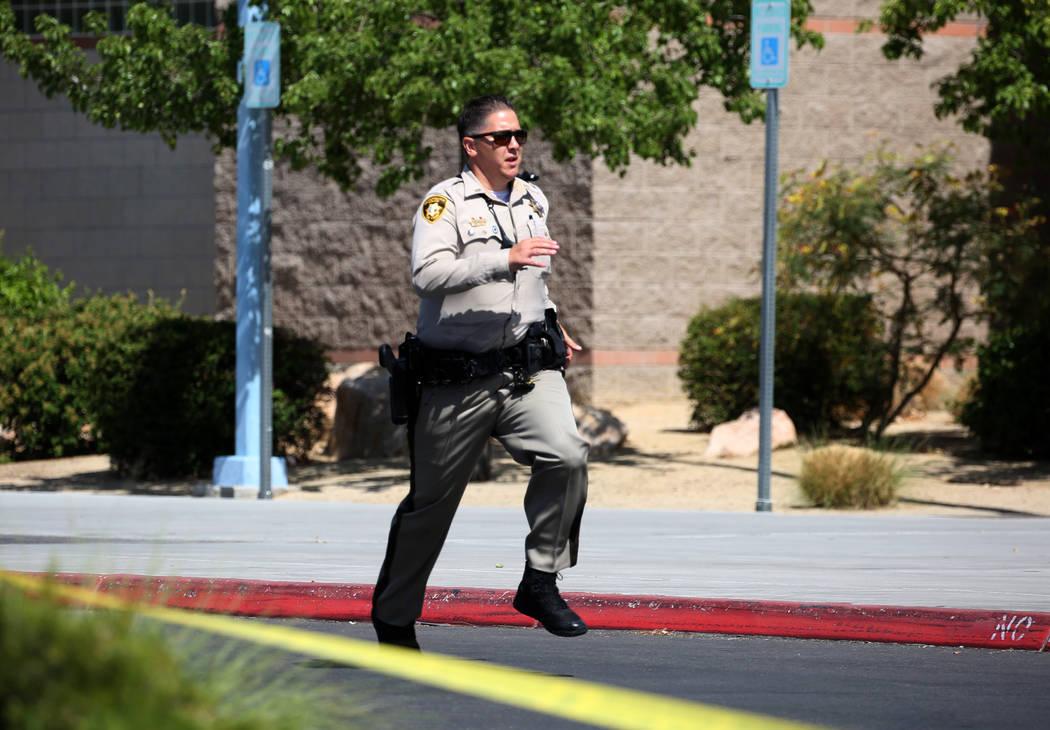 Un oficial de policía de Las Vegas regresa a su vehículo durante un simulacro de tiroteo masivo, coordinado por el Departamento de Policía Metropolitana y varias agencias en el área, en Shadow ...