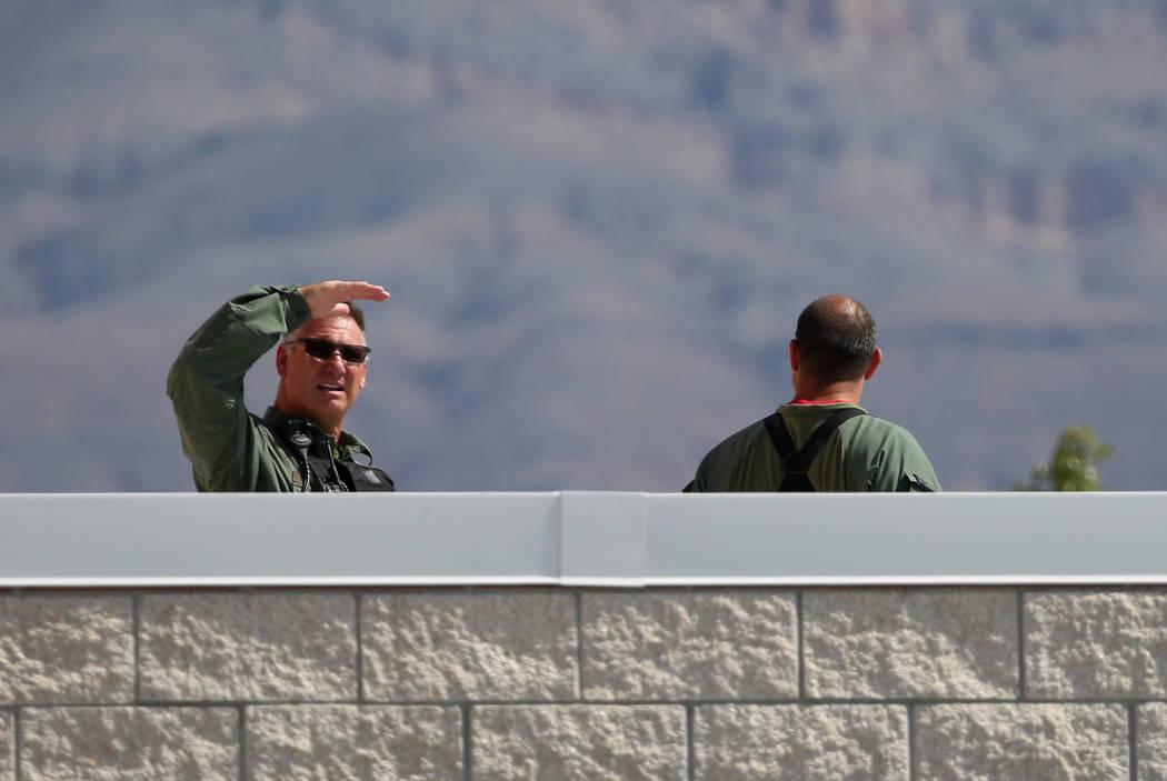 Los agentes de policía de Las Vegas son vistos en el techo de Shadow Ridge High School durante un simulacro de tiroteo masivo, coordinado por el Departamento de Policía Metropolitana y varias ag ...
