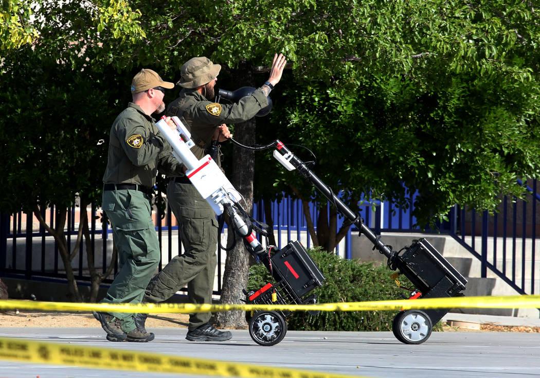 Los oficiales de policía de Las Vegas traen cámara y equipo de comunicación durante un simulacro de tiro masivo, coordinado por el Departamento de Policía Metropolitana y varias agencias en el ...