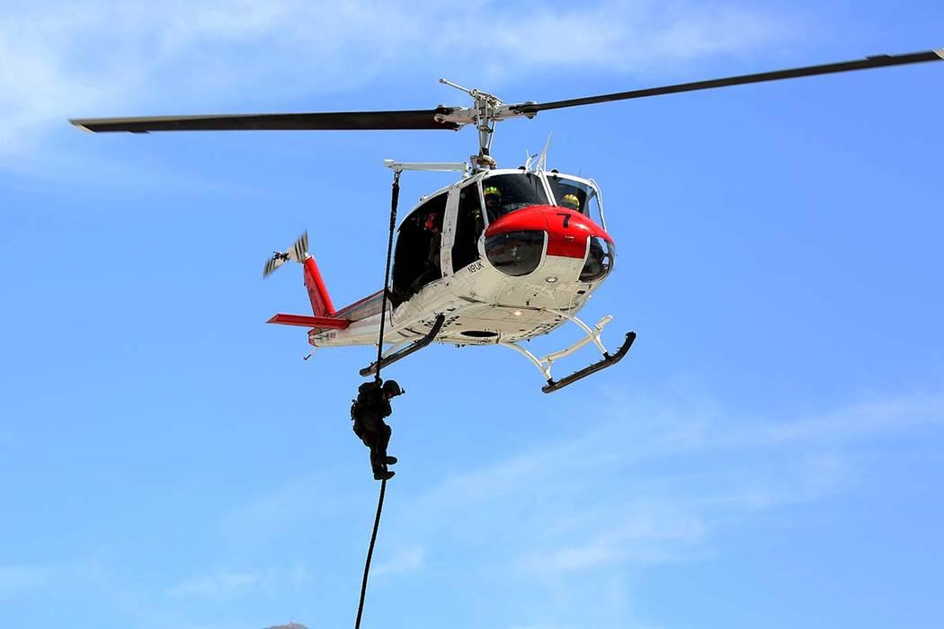 Un miembro del equipo SWAT de Las Vegas desciende del helicóptero de rescate durante un simulacro de fusilamiento masivo, coordinado por el Departamento de Policía Metropolitana y varias agencia ...