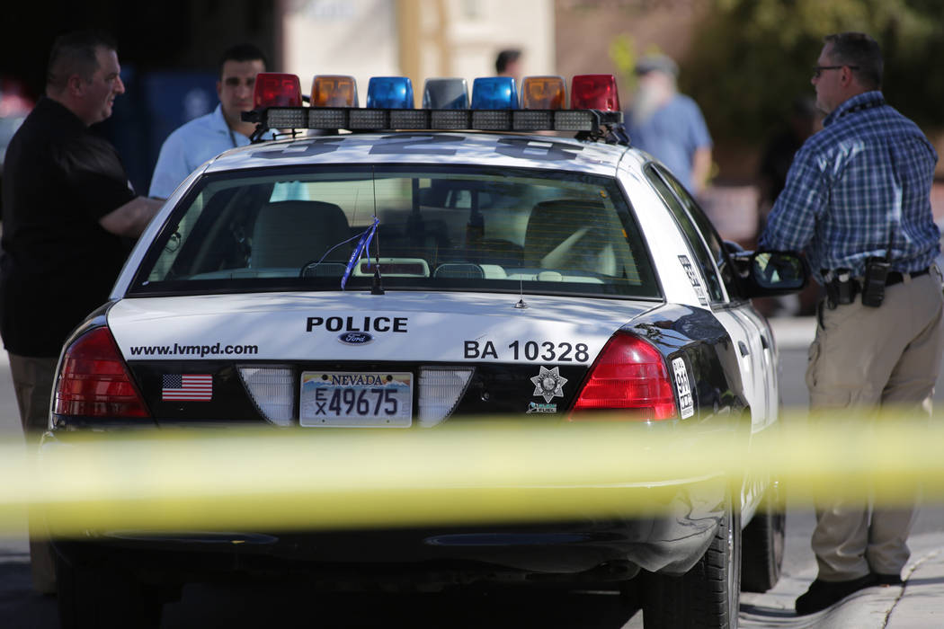 La policía de Las Vegas investiga un homicidio por invasión de vivienda en la cuadra 6400 de Morley Avenue el 30 de mayo de 2018 en Las Vegas. (Mike Shoro / Las Vegas Review-Journal)