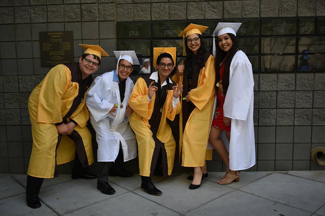 Los estudiantes de la preparatoria Bonanza, María, Patricia, Ángel, Gerardo y Alex se mostraron felices por llegar a su graduación. 27 de mayo de 2018 en Thomas & Mack Center. Foto Anthony Avel ...