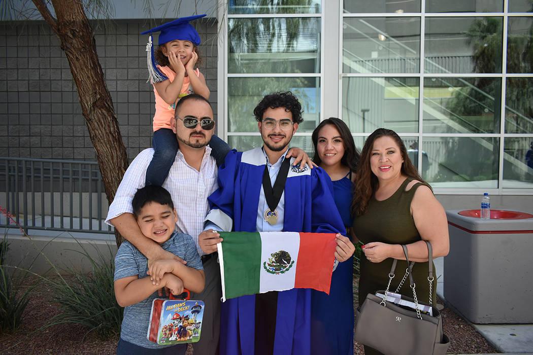 Isain Morgan, de Tijuana, México, celebró con su familia su graduación de la preparatoria. 27 de mayo de 2018 en Thomas & Mack Center. Foto Anthony Avellaneda / El Tiempo.