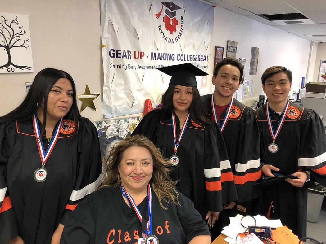 Joanie Mares (sentada) con un grupo de graduados de Nevada Gear Up. El 24 de mayo de 2018, en la preparatoria Chaparral High School. Foto Valdemar González / El Tiempo - Contribuidor.