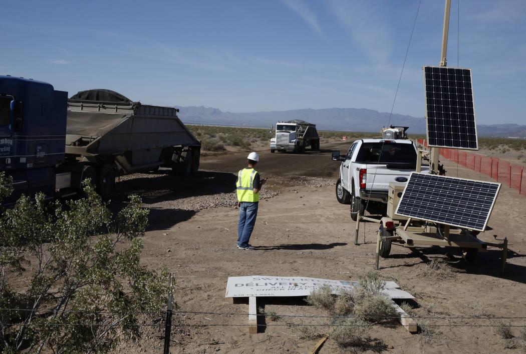 Un trabajador dirige el tráfico en el sitio de construcción de los proyectos solares de El Dorado Valley el jueves 31 de mayo de 2018 en Boulder City. Bizuayehu Tesfaye / Las Vegas Review-Journa ...