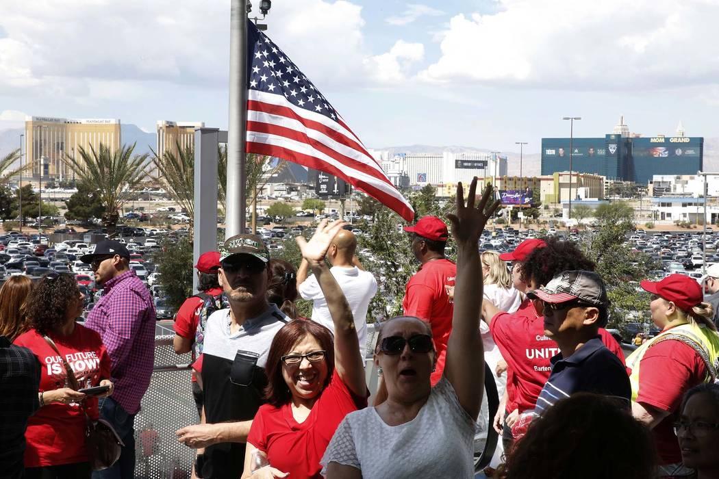 Los trabajadores de la unión culinaria y de barmans salen del Centro Thomas and Mack en Las Vegas el martes 22 de mayo de 2018 después de votar si quieren entrar en huelga. Bizuayehu Tesfaye / L ...