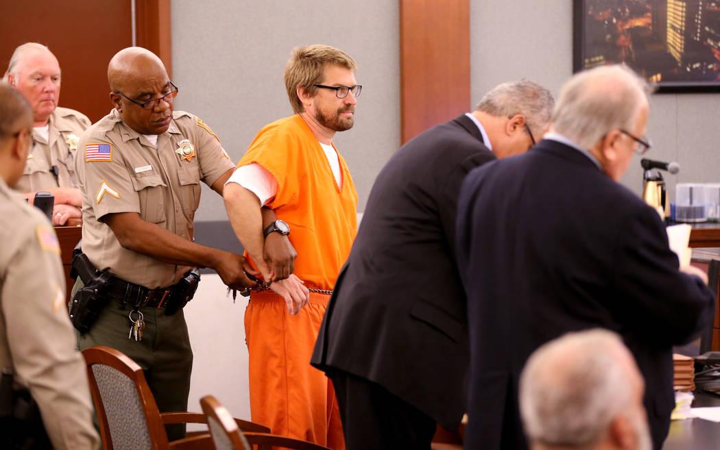 Jeremy Strohmeyer, quien abusó sexualmente y mató a Sherrice Iverson, de 7 años, en un baño del casino Primm hace 21 años, tiene su mano derecha liberada para tomar notas durante una audienci ...
