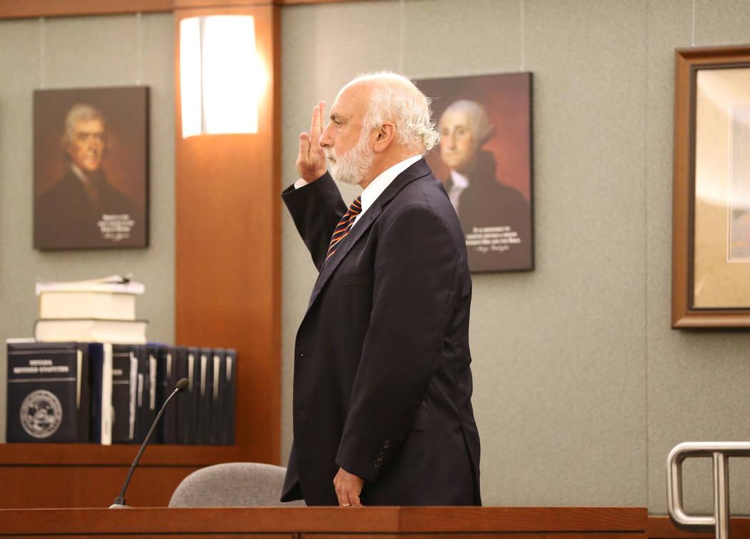 El experto en adolescencia Laurence Steinberg se prepara para testificar en el Centro de Justicia Regional el jueves 31 de mayo de 2018 durante una audiencia con Jeremy Strohmeyer, quien abusó se ...