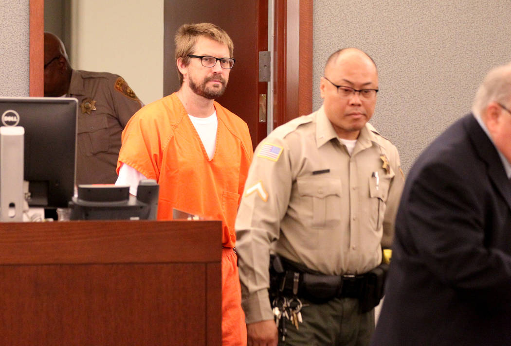 Jeremy Strohmeyer, quien abusó sexualmente y mató a Sherrice Iverson, de 7 años, en un baño del casino de Primm hace 21 años, ingresa a la sala del tribunal para una audiencia en el Centro de ...
