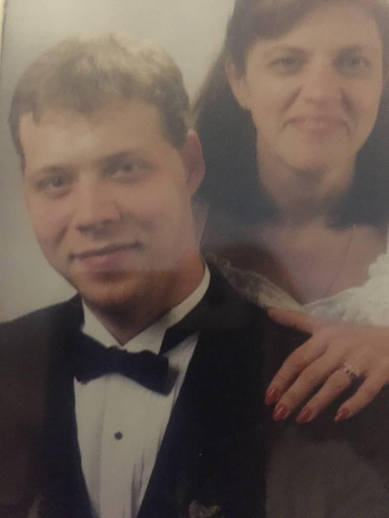 Sheri Aoyagi y su sobrino, Eric Schott, quien la acompañó por el pasillo durante su boda de 1999 con Stan Aoyagi. (Foto de cortesía)