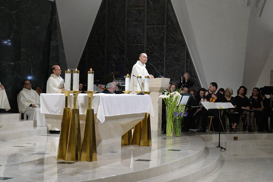 Miguel Corral fue ordenado como nuevo sacerdote, el primero de la administración del nuevo Obispo Thomas. Fue asignado a la parroquia San Francisco de Sales. A la ceremonia acudieron familiares y ...