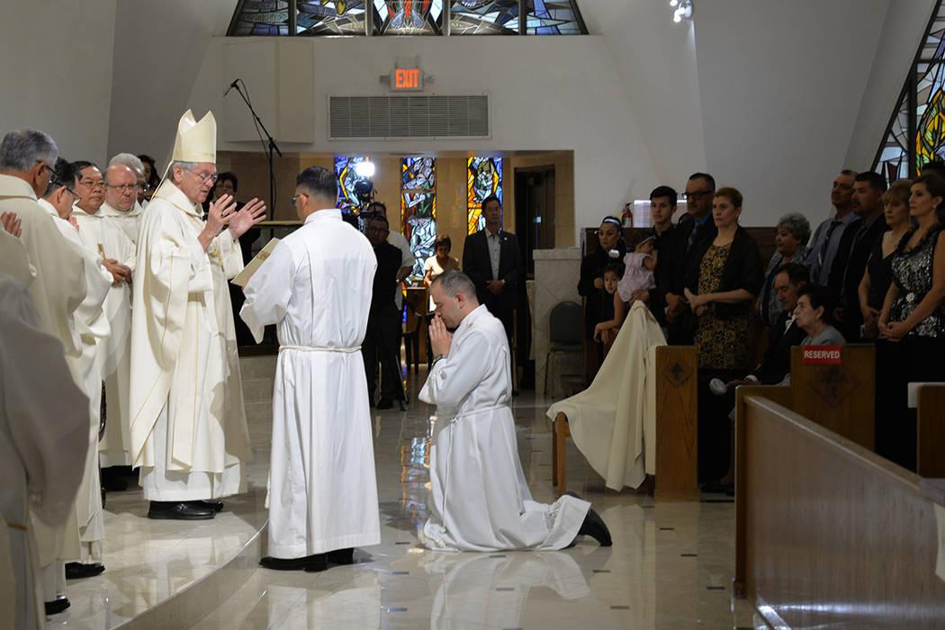 El Obispo George Leo Thomas, con 42 años de servicio pastoral, realizó la primera ordenación bajo su gestión en Las Vegas. Jueves 31 de mayo, en la Catedral Ángel Guardián. Foto Frank Alejan ...