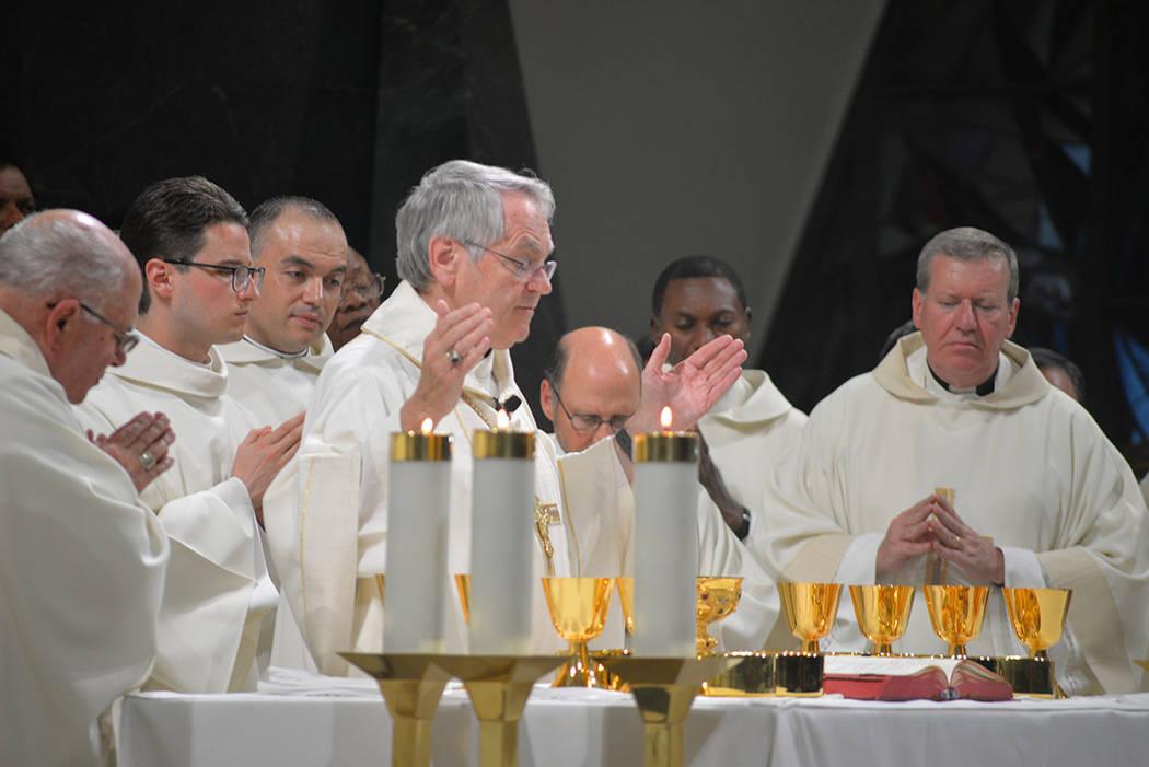 La consagración del pan y el vino, en la misa de ordenación de Miguel Corral. Jueves 31 de mayo, en la Catedral Ángel Guardián. Foto Frank Alejandre / El Tiempo.
