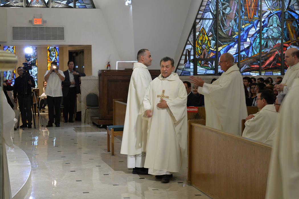 El Padre Manuel Quintero felicitó al nuevo sacerdote. La parroquia San Francisco de Sales fue de las primeras en dar misas en español, lo que será trabajo continuo de Miguel Corral. Jueves 31 d ...