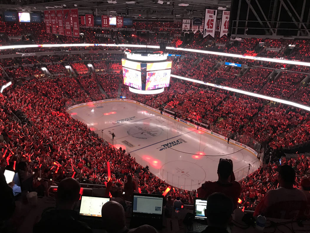 Los aficionados de Capitals iluminan de color rojo el estadio para apoyar a su equipo. Sábado 2 de junio de 2018 en Capital One Arena de Washington DC. Foto Anthony Avellaneda / El Tiempo.