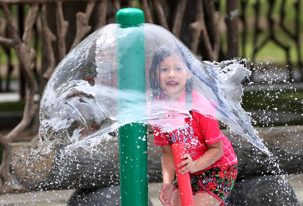 Layla Valdivia, de 6 años de Las Vegas, juega en Sunset Park. (Bizuayehu Tesfaye / Las Vegas Review-Journal) @bizutesfaye