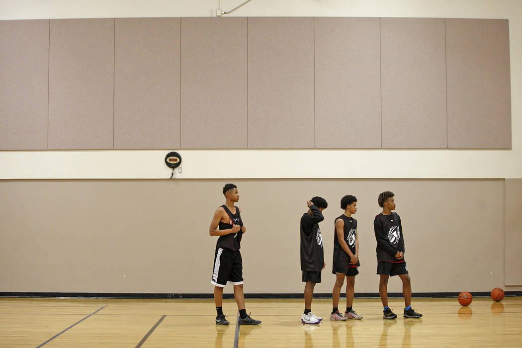 D'Andre Burnett, centro, espera comenzar un simulacro de práctica de baloncesto para LV Stars en el Chuck Minker Sports Complex en Las Vegas, el martes 8 de mayo de 2018. Rachel Aston Las Vegas R ...