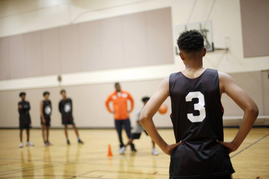 D'Andre Burnett escucha las instrucciones durante la práctica de baloncesto para LV Stars en el Chuck Minker Sports Complex en Las Vegas, el martes 8 de mayo de 2018. Rachel Aston Las Vegas Revie ...
