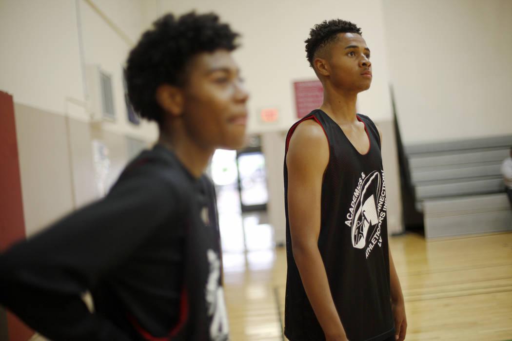Khalid King, 16, desde la izquierda, D'Andre Burnett, y Jordan McGriff, 17, esperan su turno durante la práctica de baloncesto para LV Stars en el Complejo Deportivo Chuck Minker en Las Vegas, el ...