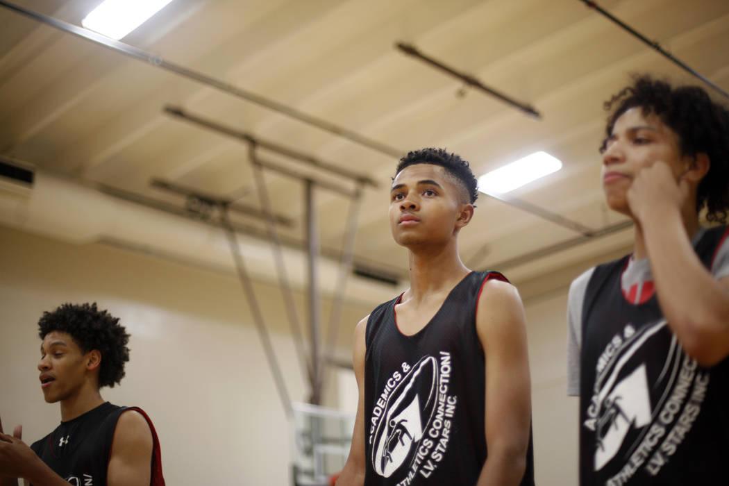 Jordan Carter, de 18 años, desde la izquierda, D'Andre Burnett y Jordan McGriff escuchan las instrucciones durante la práctica de baloncesto para LV Stars en el complejo deportivo Chuck Minker e ...