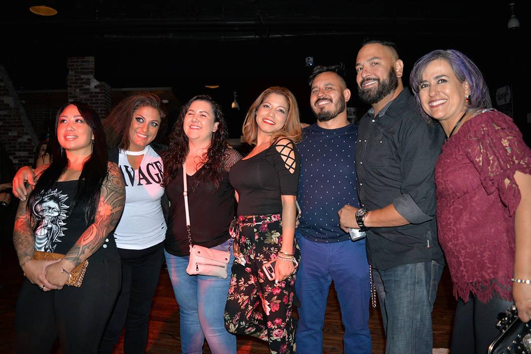 """Martha Robles y sus amigos, se reencontraron """"después de algunos hijos"""". Viernes primero de junio de 2018 en el Vinyl, del Hard Rock. Foto Frank Alejandre / El Tiempo."""