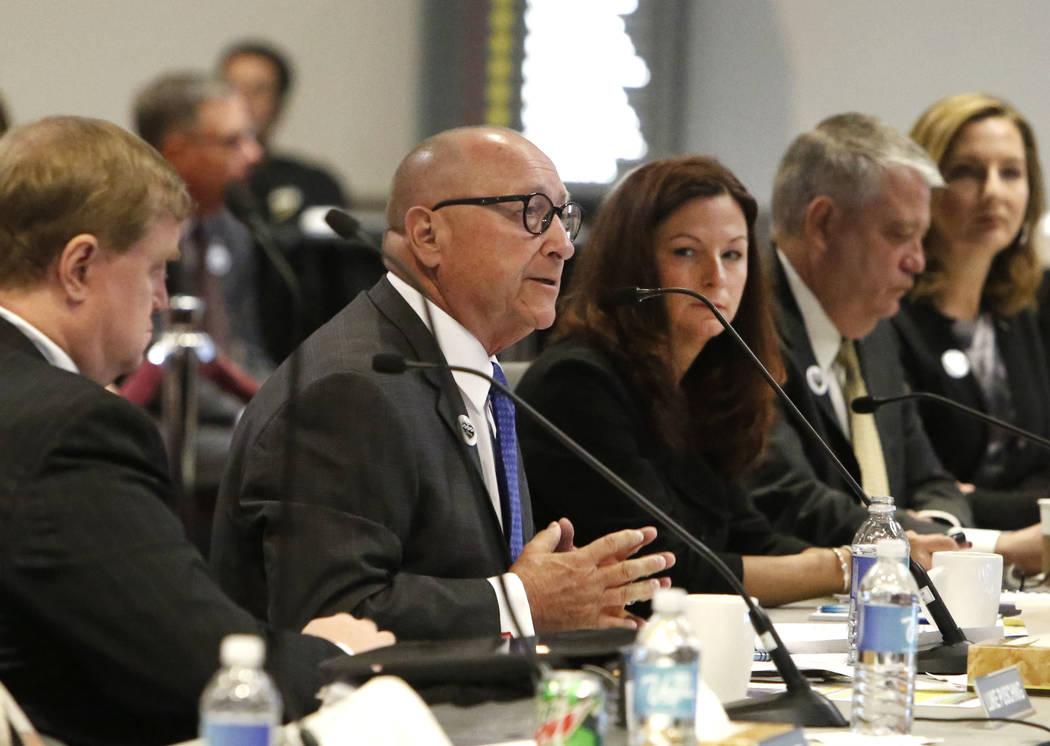 Rossi Ralenkotter, segundo a la izquierda, director ejecutiva de la Autoridad de Convenciones y Visitantes de Las Vegas, habla mientras Cathy Tull, vicepresidenta sénior de marketing de LVCVA, ob ...