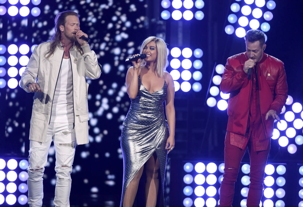 "Tyler Hubbard, derecha, y Brian Kelley de Florida Georgia Line y Bebe Rexha interpretan ""Meant to Be"" en la 53ª entrega anual de la Academy of Country Music Awards en el MGM Grand Garden Arena el ..."