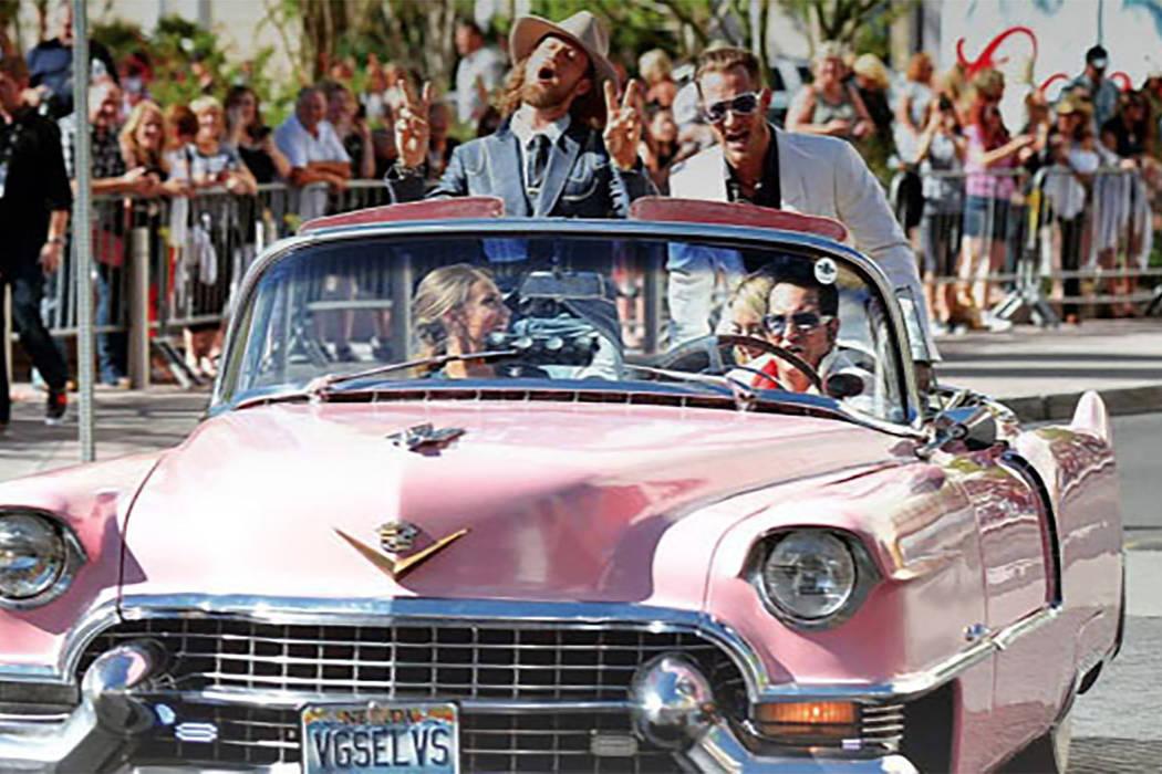 Jesse Garon, el oficial Elvis de Las Vegas, escoltó a Florida Georgia Line en Las Vegas por la alfombra roja en su Cadillac descapotable de 1955 en el 52º Country Music Awards.