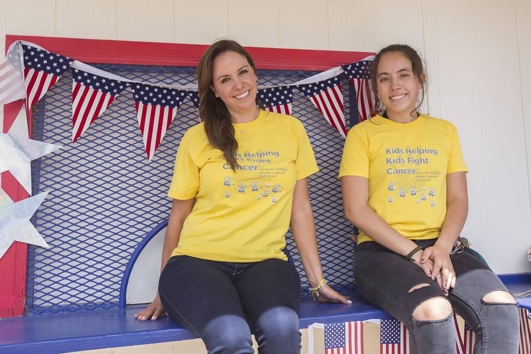 """Felicia Nakhla, izquierda, y su sobrina Alexandra Elliott, 16, en Sunset Park en Las Vegas, martes 29 de mayo de 2018. Nakhla y Elliott están preparándose para organizar su quinta limonada """"trib ..."""