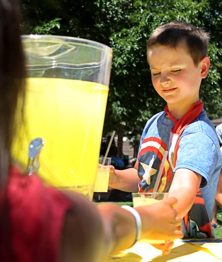 Adam Kemper, de 9 años, trabaja durante una recaudación de fondos para Alex's Lemonade Stand Foundation, una fundación nacional contra el cáncer infantil, en Sunset Park en Las Vegas, domingo ...