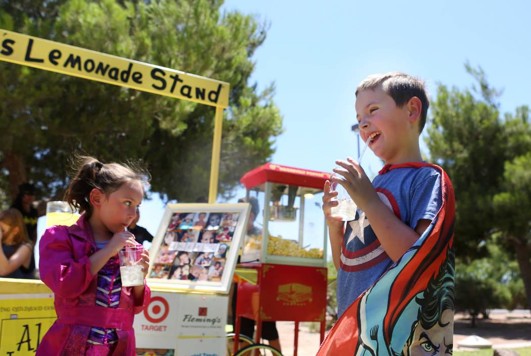 Zoey Blascovich, de 5, izquierda, y Adam Kemper, de 9, toman su limonada durante una recaudación de fondos para Alex's Lemonade Stand Foundation, una fundación nacional contra el cáncer infanti ...